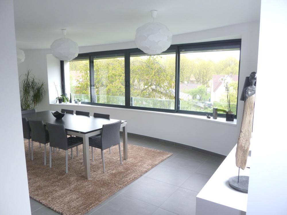 Photo de la salle à manger aménagée et équipée d'une maison contemporaine livrée clé en main