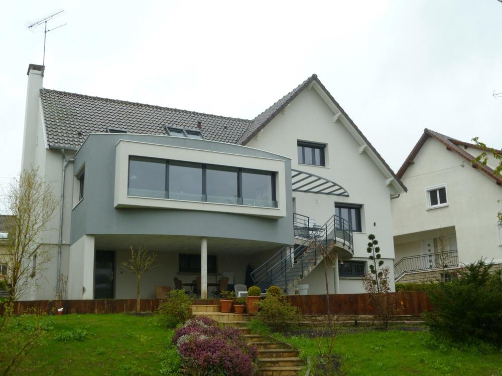 Maison design avec accès au jardin par escalier extérieur