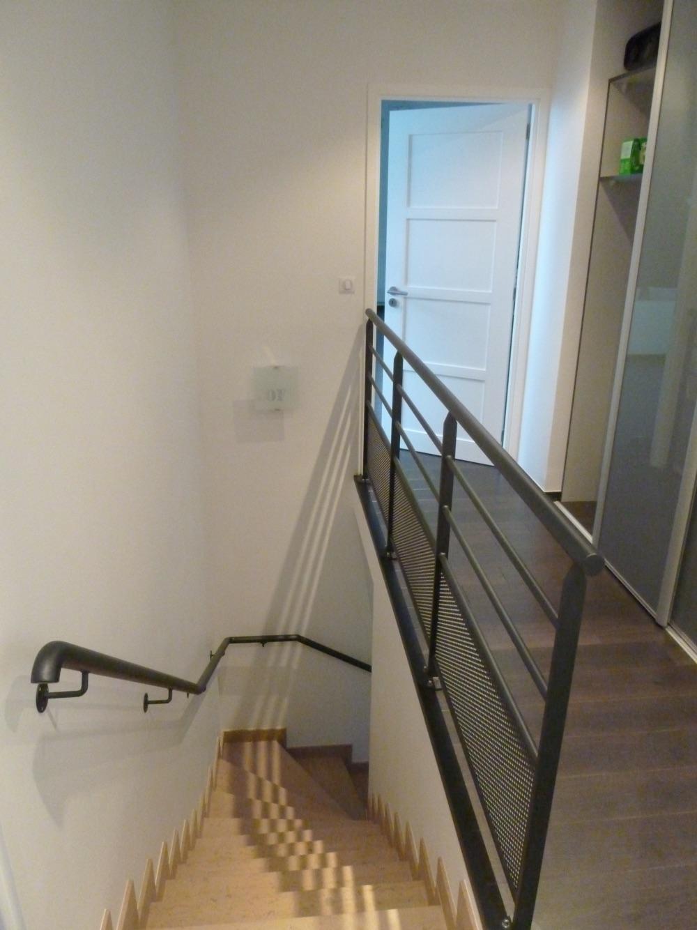 Escalier intérieur pour accès à l'étage d'une maison moderne