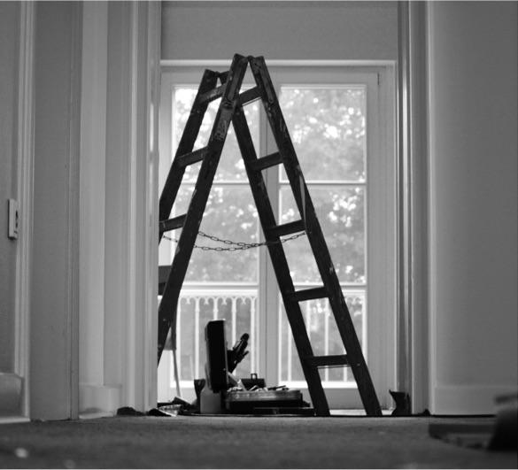 Photo noir et blanc d'un escabeau àl'intérieur d'une maison en rénovation
