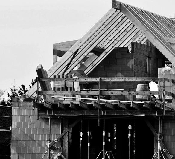 Photo noir et blanc de l'extérieur d'une maison en travaux