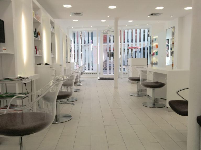 Photo intérieur d'un salon de coiffure rénové par nos équipes Methods Studio Architecteurs