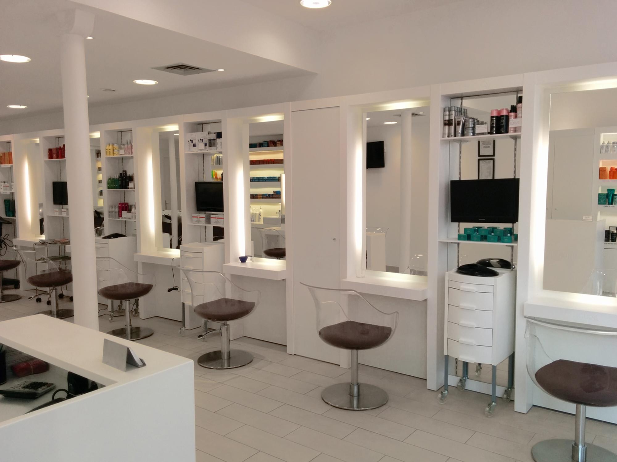 Photo intérieure d'un salon de coiffure à Paris