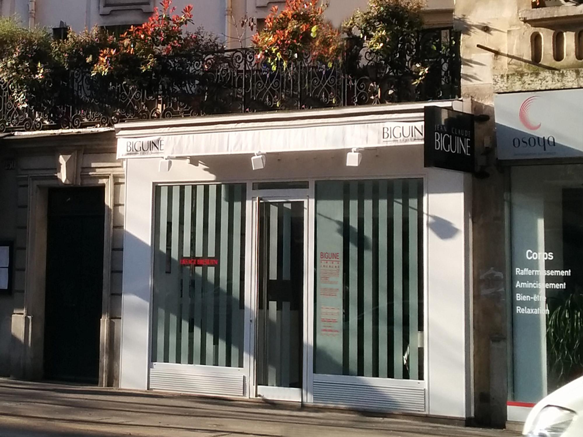 Photo de la devanture de l'entrée côté rue d'un salon de coiffure à Paris