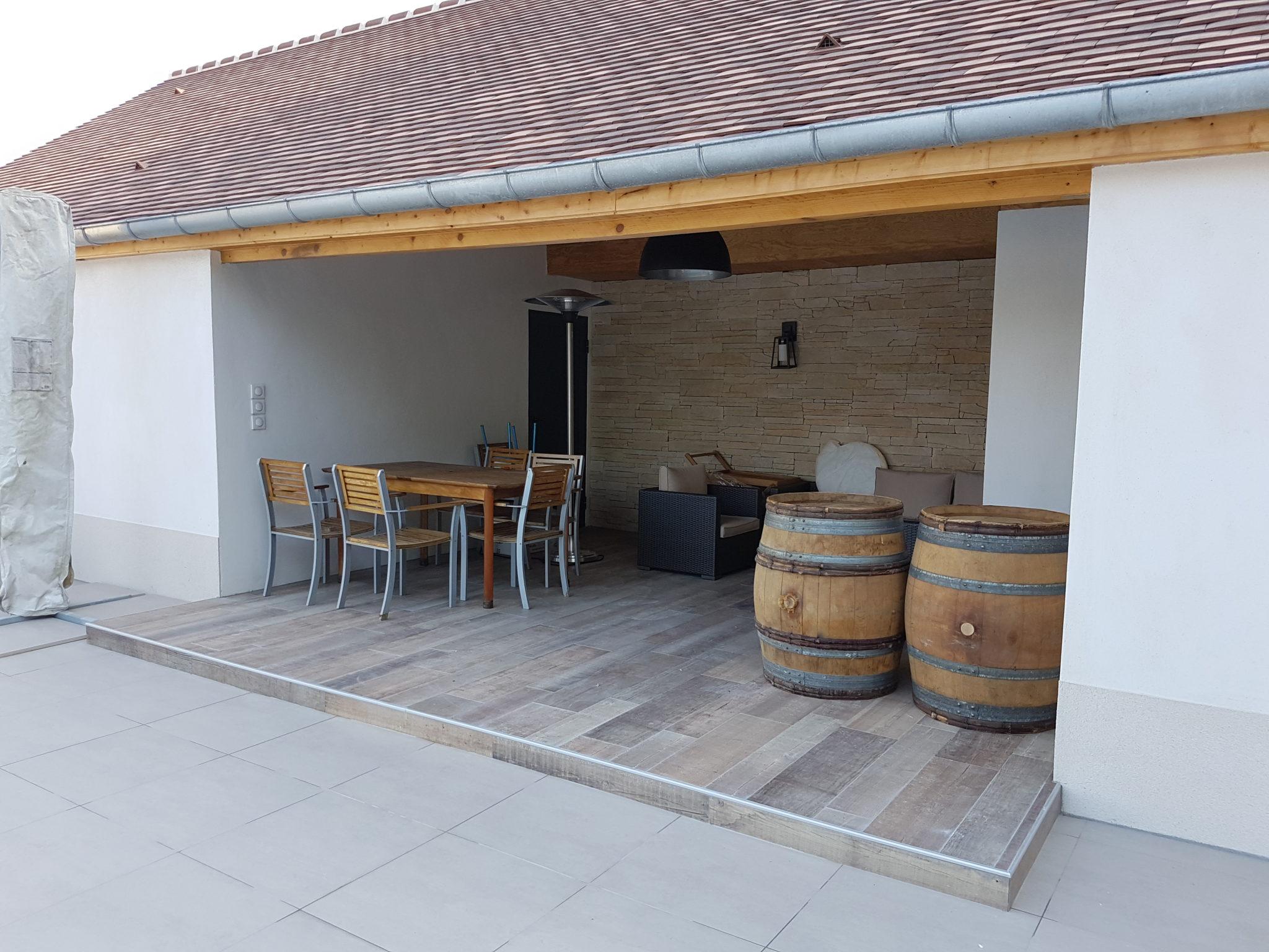 Photo de l'aménagement extérieur avec une cuisine d'été pour une maison moderne et contemporaine