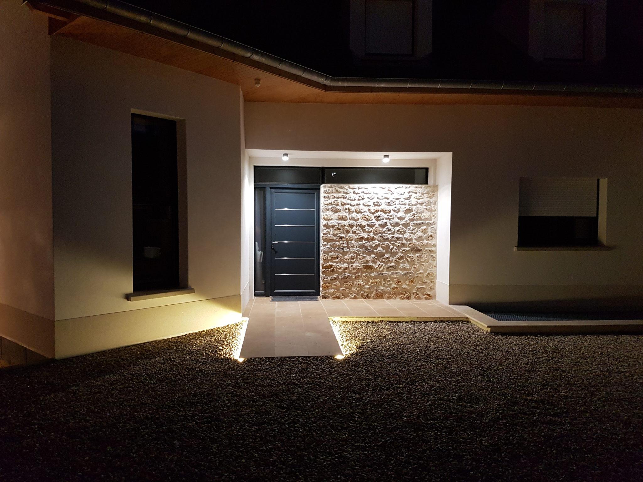 Photo d'ambiance de la lumière extérieure d'une maison moderne pour embellir l'entrée