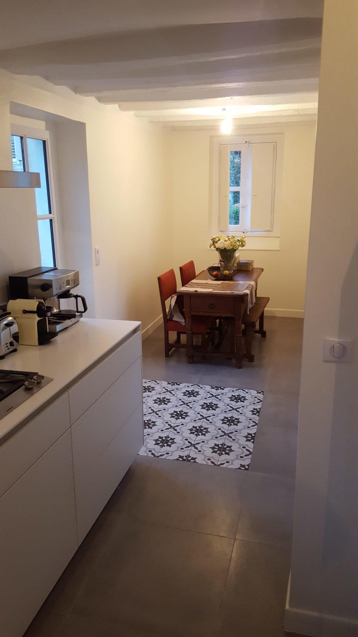 Photo de rénovation intérieure d'une maison ancienne avec accès à la salle à manger et à la cuisine