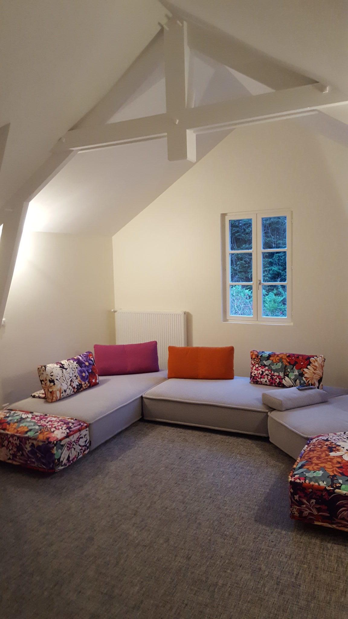 Photo du salon accueillant et coloré avec un canapé sur mesure réalisé