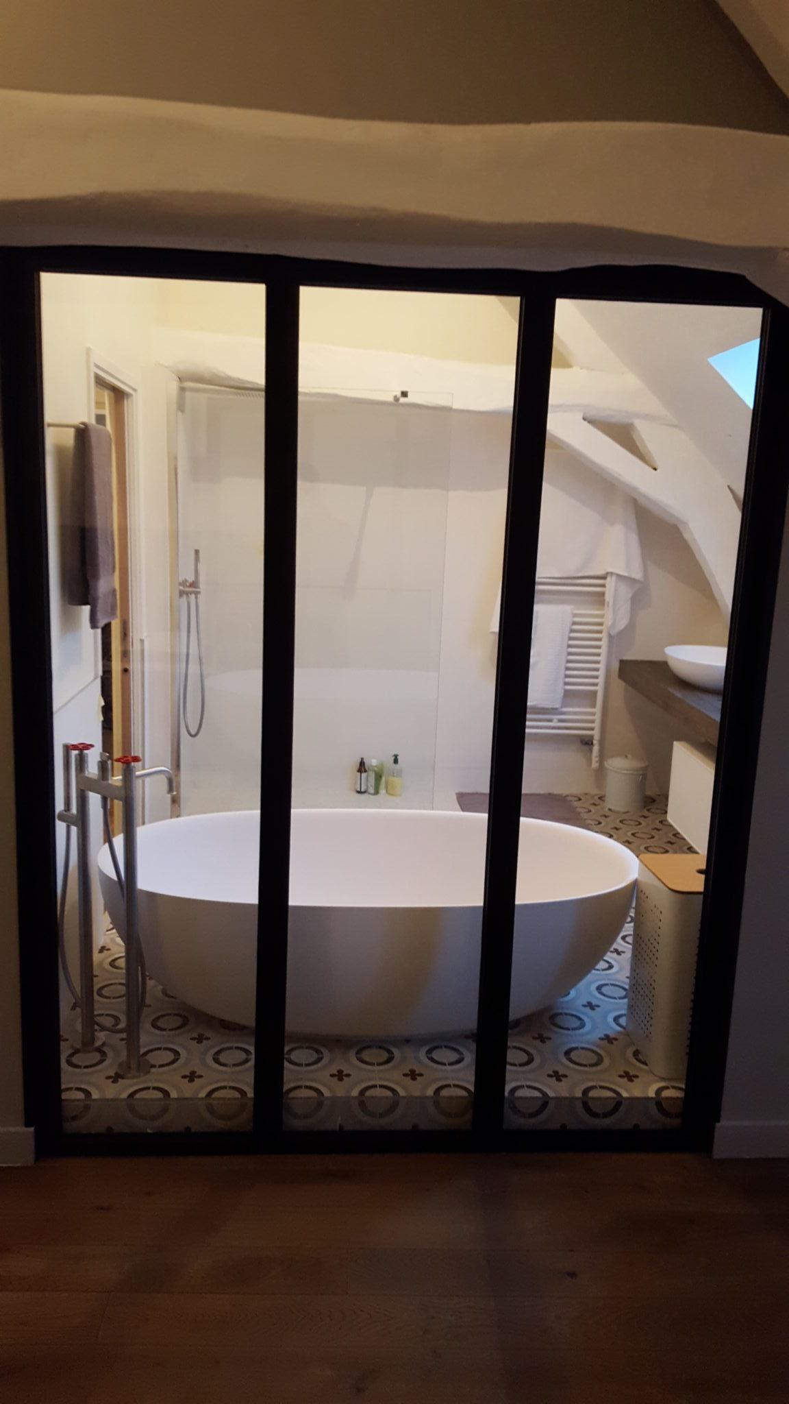 Prise de vue de la salle de bain rénovée d'une maison ancienne