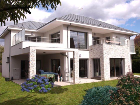 Photo de la réalisation finale d'une maison contemporaine avec de grands volumes