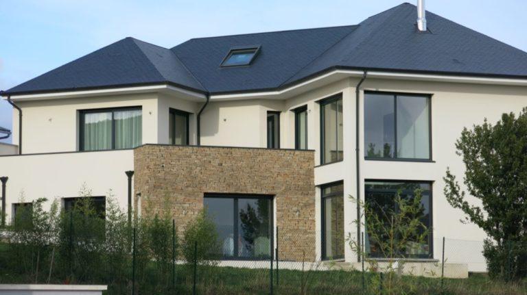 Photo d'une grande maison construite avec de volumes simples et une toiture en pente