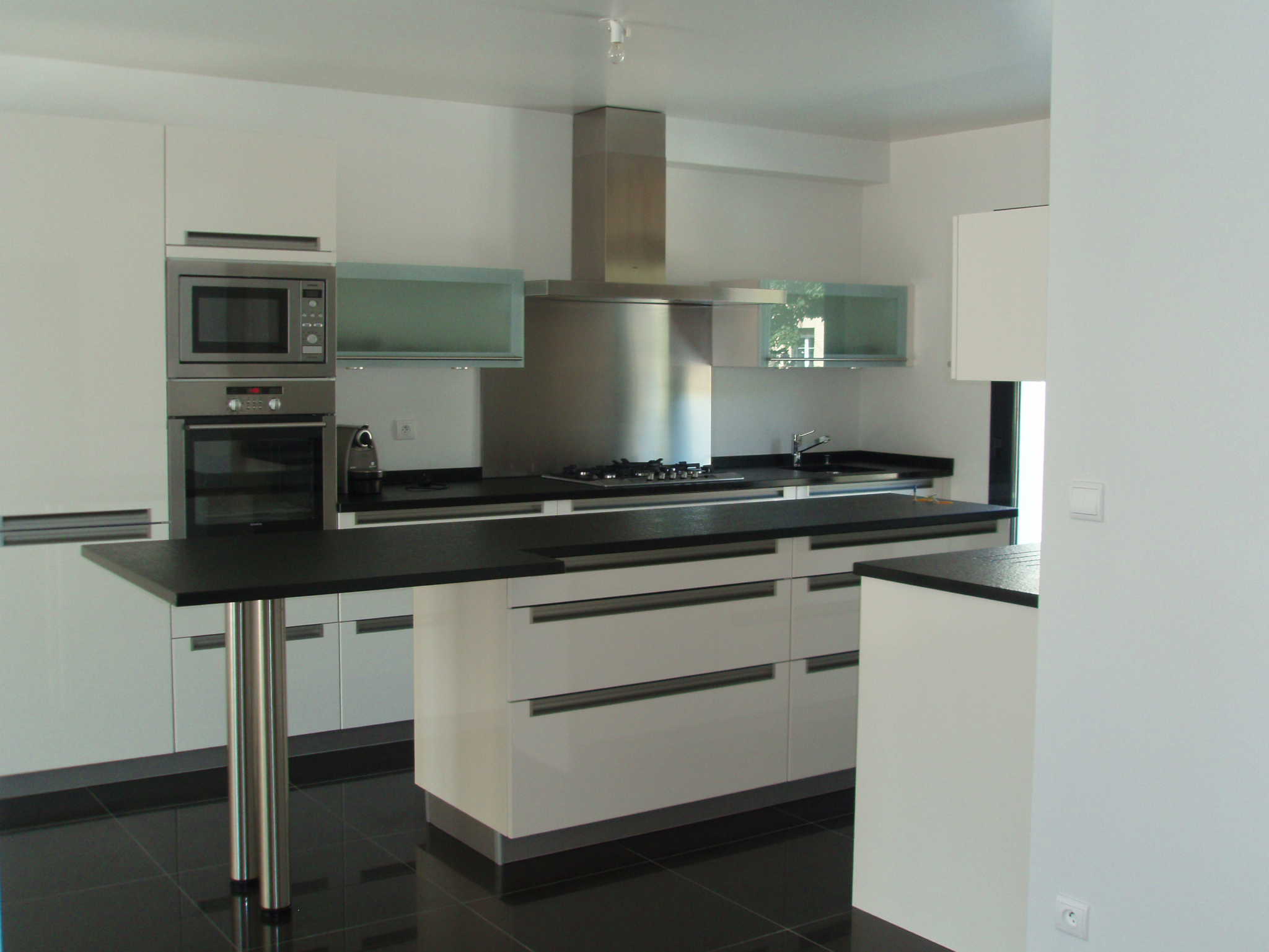 Photo de la cuisine moderne et épurée de la maison design