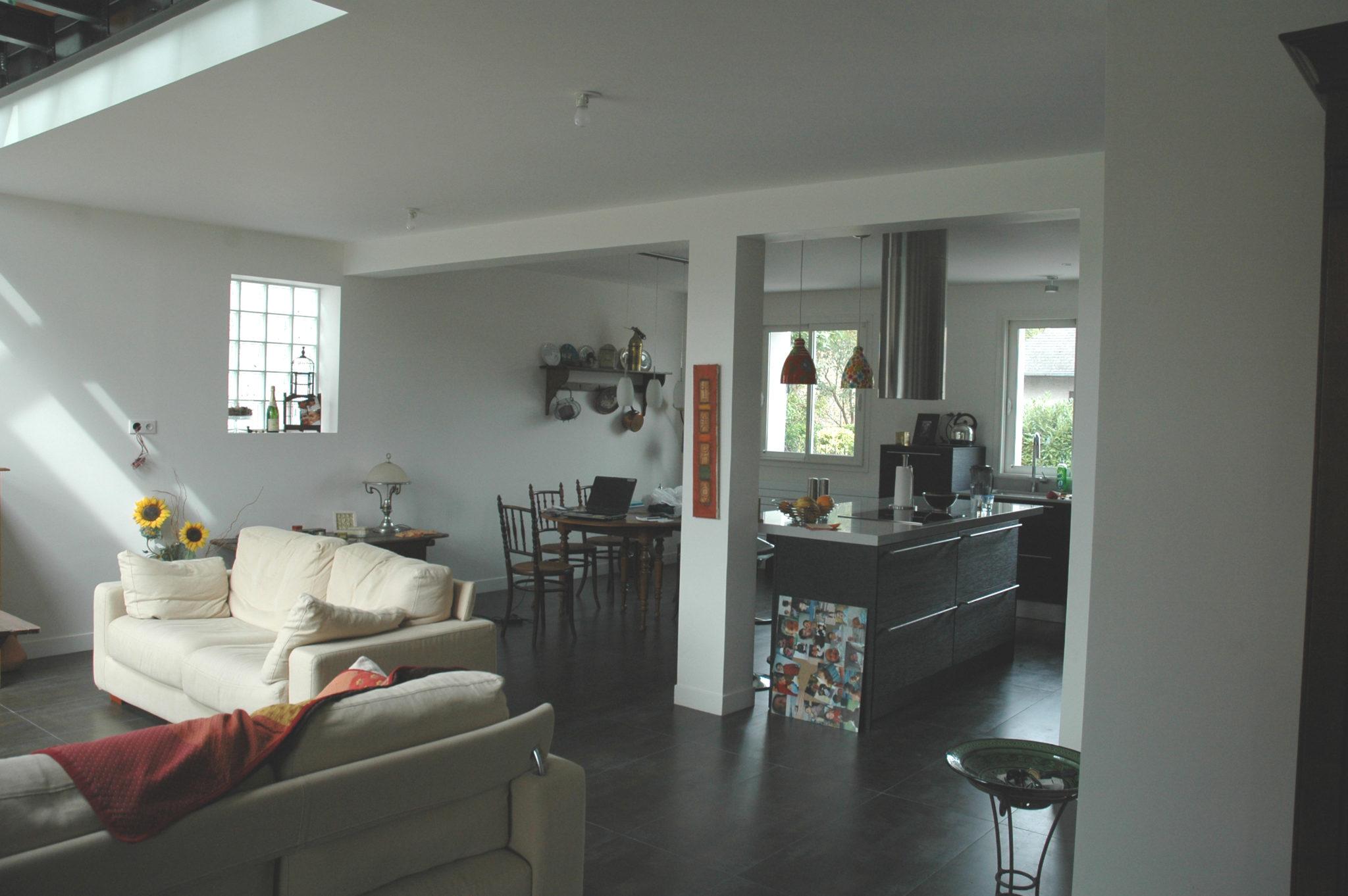 Photo du salon réaménagé d'une maison rénovée