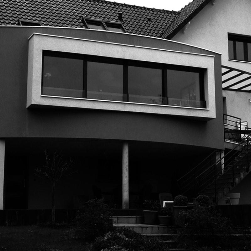 Photo noir et blanc de la vue d'une maison après livraison au client