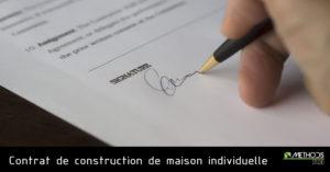 Image de la signature d'un contrat dans le cadre de la construction d'une maison individuelle