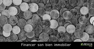 Photo de pièces en noir et blanc pour illustrer le financement d'un bien immobilier